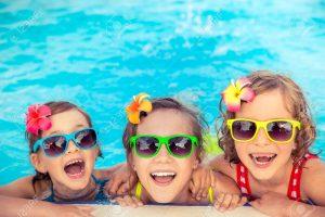 glade børn i swimmingpool