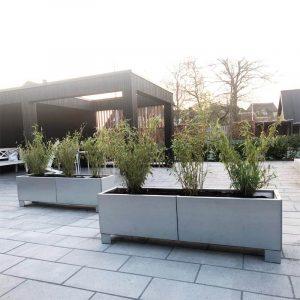 Forlænget højbed på ben – perfekt til terrasser og indkørsler